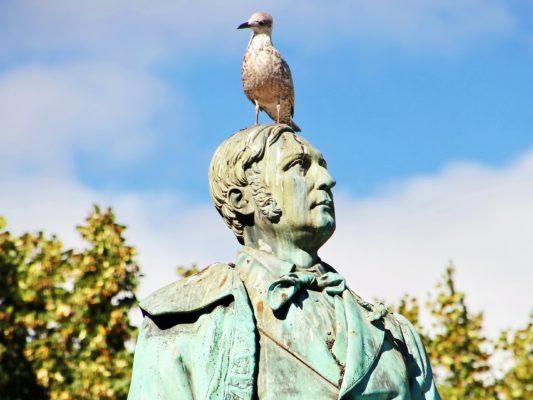 Pombo se alivia em estátua